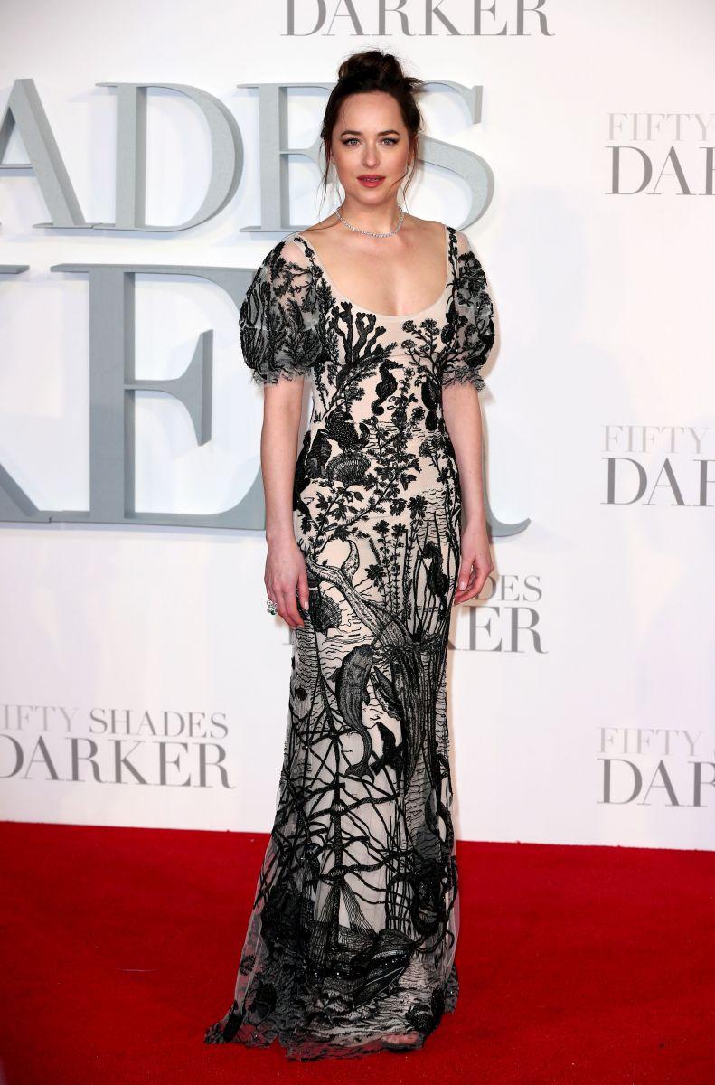 """Образ дня: Дакота Джонсон на премьере """"50 оттенков серого""""в платье Alexander McQueen (ФОТО)"""