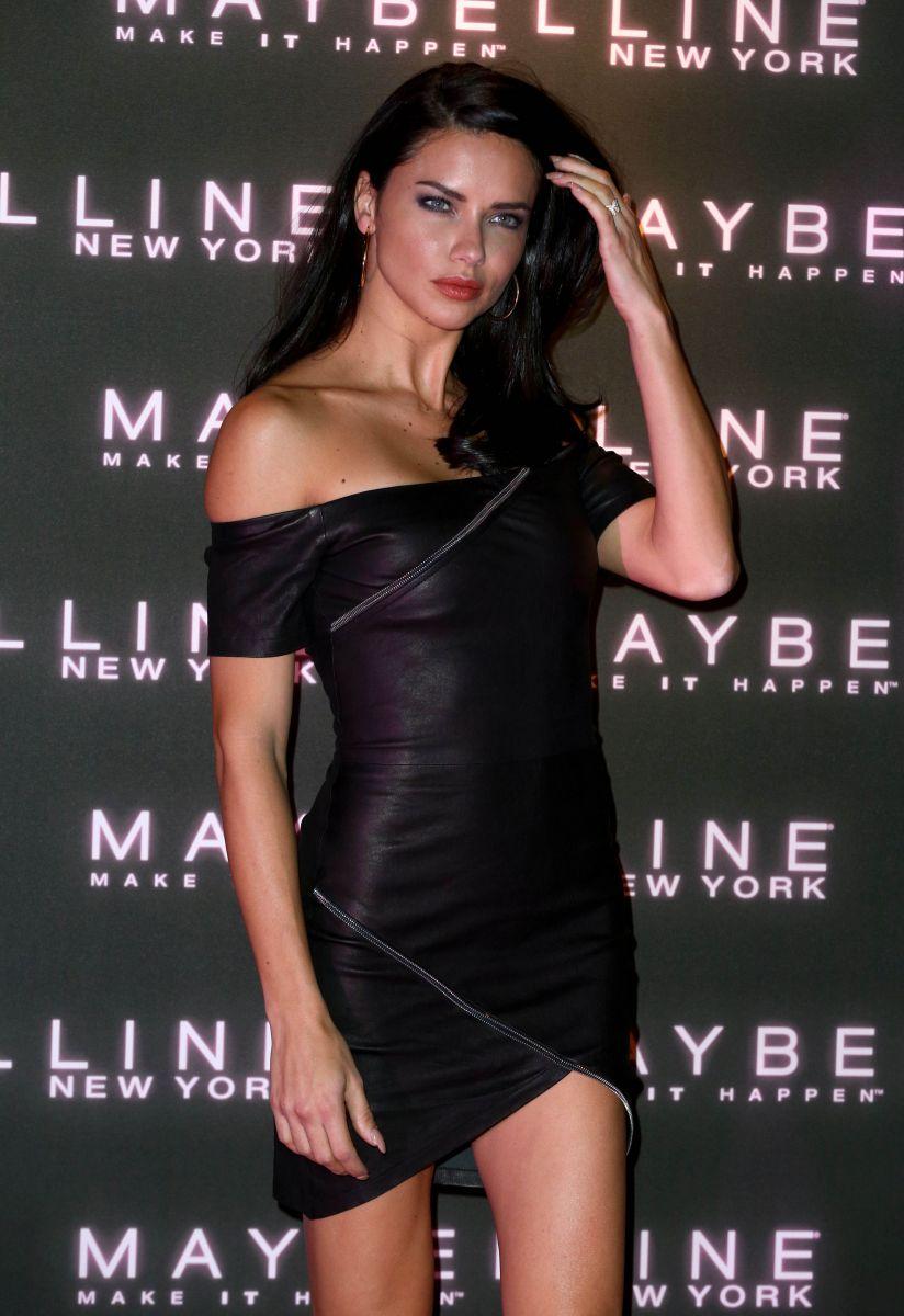 Образ дня: Адриана Лима в маленьком черном платье на вечеринке Maybelline Адриана Лима, Адриана Лима фото