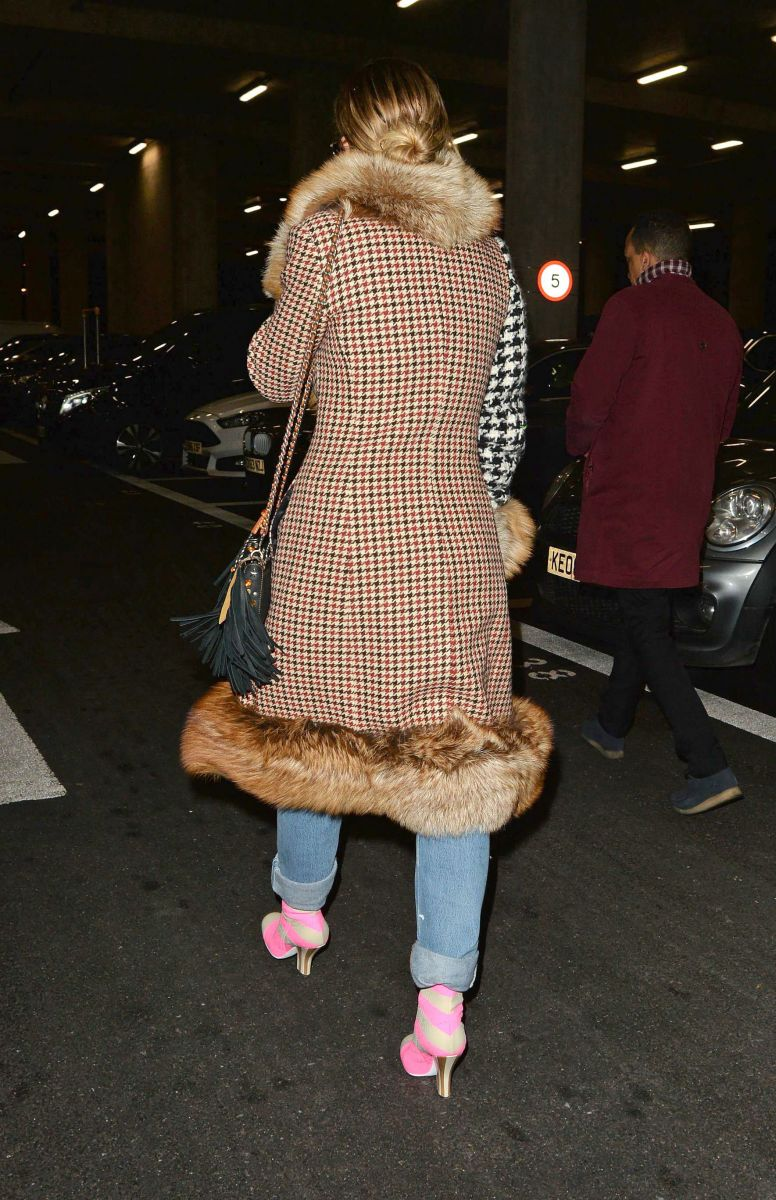 Образ дня: Рита Ора в аэропорту Лондона показала необычный повседневный стиль Рита Ора, casual, повседневный стиль