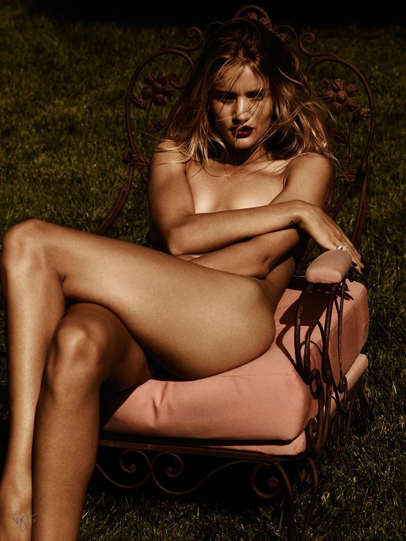 Соблазнить за секунду: Рози Хантингтон-Уайтли демонстрирует макияж леди-вамп