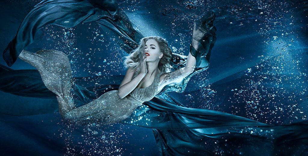 Танец под водой: шикарный бьюти-образ Риты Оры в подводной съемке