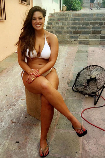 Каждую складочку: plus-size модель Эшли Грэм опубликовала фото в бикини и без фотошопа
