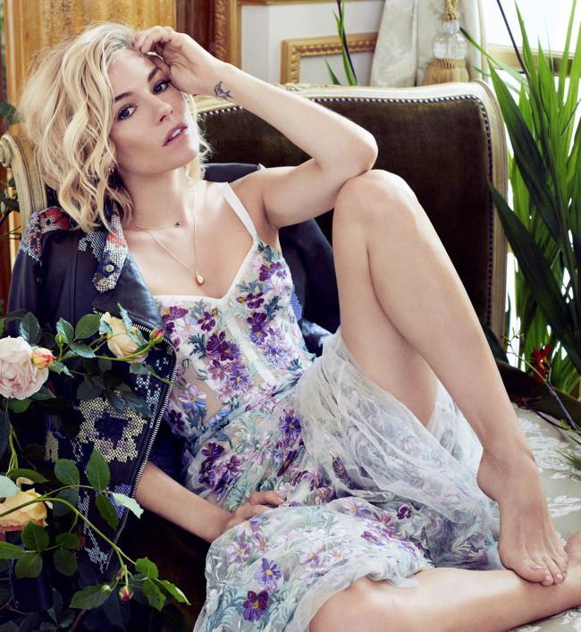 Цветочная фея: Сиенна Миллер примеряет женственные наряды фото