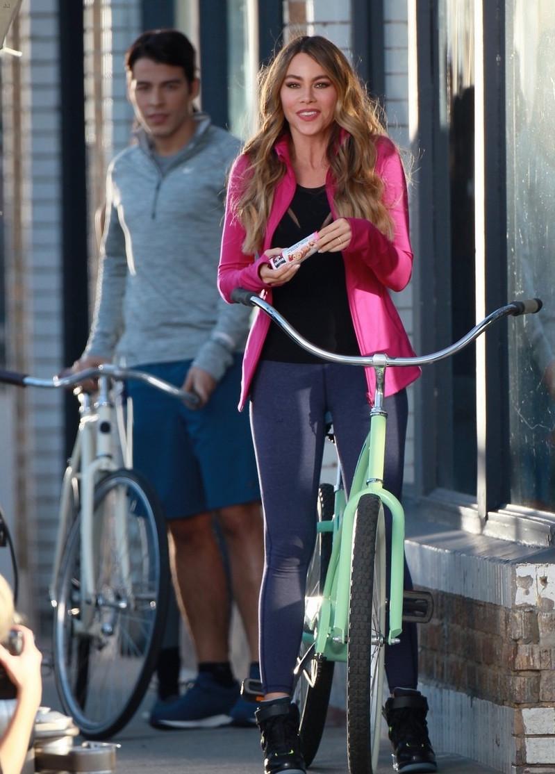 Образ дня: спортивная София Вергара с сыном и мятный велосипед