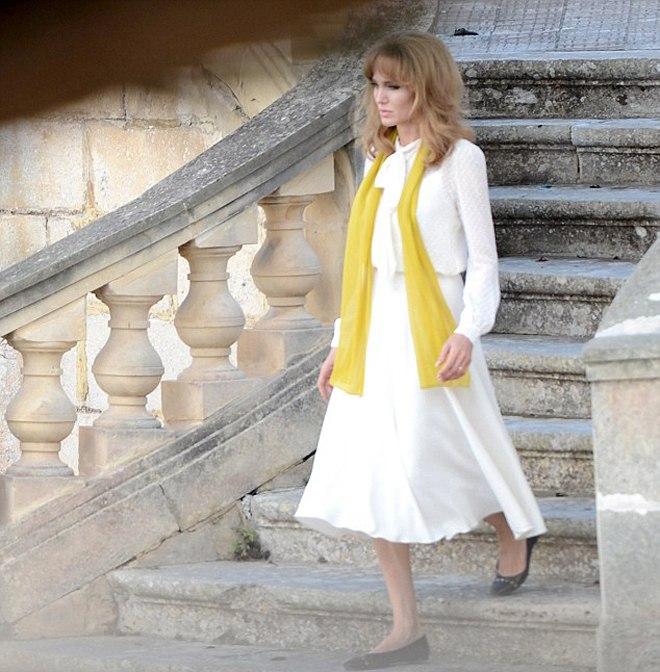 Анджелина Джоли подстриглась и стала блондинкой