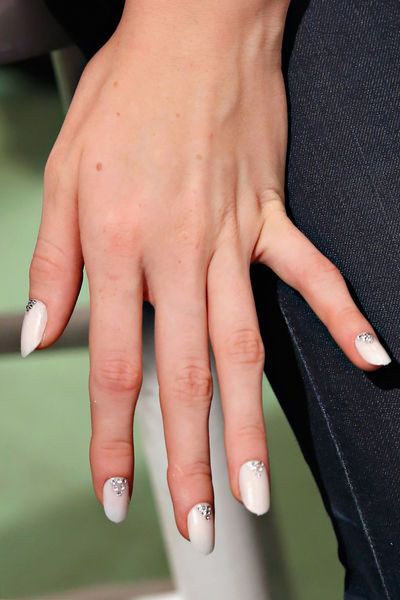 Время невесты: уникальные идеи для свадебного маникюра